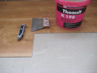 На что клеить ПВХ плитку на пол?