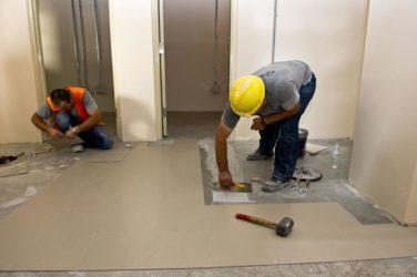 Как приклеить кварцвиниловую плитку на пол?