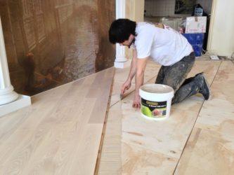 Чем приклеить фанеру к бетону на пол?