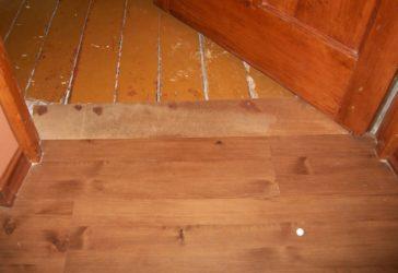 Как класть ламинат на деревянный пол?